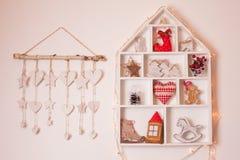 Weihnachtsdekorationen auf der Wand Stockfotografie
