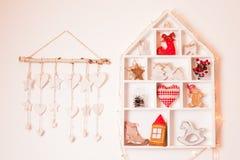 Weihnachtsdekorationen auf der Wand Stockbild