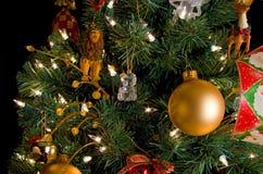 Weihnachtsdekorationen auf einem Baum Lizenzfreie Stockfotos