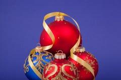 Weihnachtsdekorationen auf einem blauen Hintergrund. Stockbilder