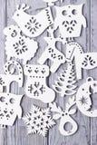 Weihnachtsdekorationen auf einem grauen hölzernen Hintergrund Lizenzfreies Stockfoto