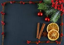 Weihnachtsdekorationen auf einem grauen Hintergrund Abstrakter Weihnachtshintergrund und -platz für Text Stockfotos