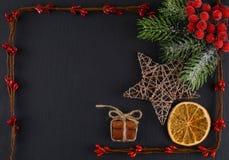Weihnachtsdekorationen auf einem grauen Hintergrund Weihnachtshintergrund und -platz für Text Stockfotos