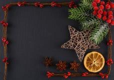 Weihnachtsdekorationen auf einem grauen Hintergrund Weihnachtshintergrund und -platz für Text Stockfotografie