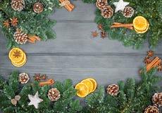 Weihnachtsdekorationen auf einem hölzernen Hintergrund mit Zimt und d Lizenzfreie Stockfotos