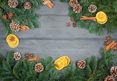 Weihnachtsdekorationen auf einem hölzernen Hintergrund mit Zimt und d Lizenzfreies Stockbild