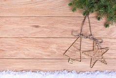 Weihnachtsdekorationen auf einem Hintergrund der alten Eiche verschalt. Stockfotos