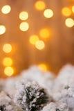 Weihnachtsdekorationen auf einem Hintergrund von gelben Lichtern Lizenzfreie Stockbilder