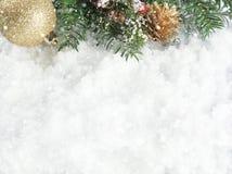 Weihnachtsdekorationen auf einem schneebedeckten Hintergrund Lizenzfreies Stockfoto
