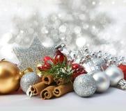 Weihnachtsdekorationen auf einem sternenklaren Hintergrund Lizenzfreies Stockfoto