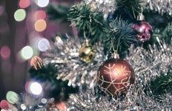 Weihnachtsdekorationen auf einem Weihnachtsbaum Lizenzfreie Stockfotografie