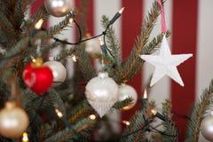 Weihnachtsdekorationen auf einem Weihnachtsbaum Lizenzfreies Stockfoto