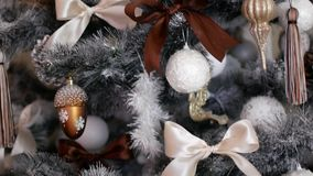 Weihnachtsdekorationen auf einem Weihnachtsbaum Festlicher Dekor im Haus stock video