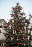 Weihnachtsdekorationen auf einem Weihnachtsbaum in Form von roten Bällen und Engelsflügel auf einer Straße in der österreichische Lizenzfreie Stockbilder