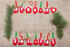 Weihnachtsdekorationen auf einer Leinwand Stockbilder