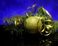 Weihnachtsdekorationen auf einer schwarzen Spiegelreflexion tauchen auf Lizenzfreie Stockbilder