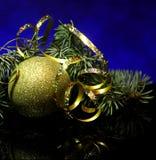 Weihnachtsdekorationen auf einer schwarzen Spiegelreflexion tauchen auf Lizenzfreie Stockfotografie