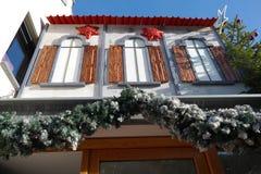 Weihnachtsdekorationen auf Gebäude Lizenzfreie Stockfotos