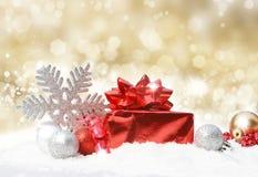 Weihnachtsdekorationen auf Goldglittery Hintergrund Stockbilder