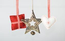 Weihnachtsdekorationen auf grauem Hintergrund stockbild