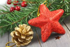 Weihnachtsdekorationen auf hölzernem Hintergrund Stockfoto