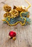 Weihnachtsdekorationen auf hölzerner Planke stockfoto