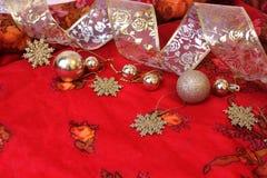 Weihnachtsdekorationen auf heißem rotem Hintergrund und Thema des neuen Jahres 2017 Platz für Ihren Text, Wünsche, Logo Spott obe Stockfotografie