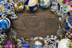 Weihnachtsdekorationen auf Holz Stockfotografie