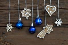 Weihnachtsdekorationen auf Holz Lizenzfreie Stockfotos