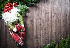 Weihnachtsdekorationen auf Holztisch Stockfotografie