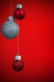 Weihnachtsdekorationen auf rotem Hintergrund Lizenzfreie Stockfotos