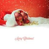 Weihnachtsdekorationen auf Sankt-Hut mit weißem Kopienraum Lizenzfreie Stockbilder