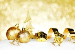 Weihnachtsdekorationen auf Schnee Stockbild