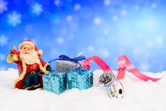 Weihnachtsdekorationen auf Schnee Lizenzfreie Stockfotografie