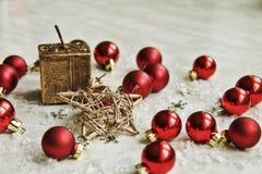 Weihnachtsdekorationen auf Schnee Lizenzfreie Stockfotos