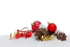 Weihnachtsdekorationen auf Schnee lokalisiertem Hintergrund. Stockfoto