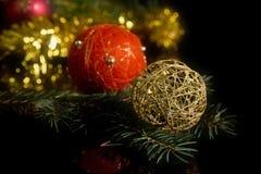 Weihnachtsdekorationen auf Schwarzem Lizenzfreie Stockbilder