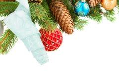 Weihnachtsdekorationen auf Tannenbaumgrenze Lizenzfreie Stockbilder