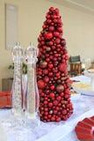 Weihnachtsdekorationen auf Tischplatte Stockbild