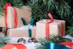 Weihnachtsdekorationen auf weißem Schnee Lizenzfreie Stockfotografie