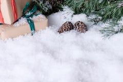 Weihnachtsdekorationen auf weißem Schnee Stockfoto