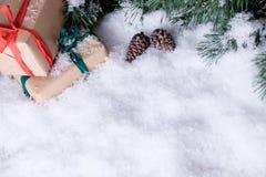 Weihnachtsdekorationen auf weißem Schnee Stockfotos