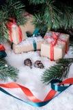 Weihnachtsdekorationen auf weißem Schnee Stockbilder