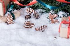 Weihnachtsdekorationen auf weißem Schnee Stockbild