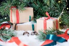 Weihnachtsdekorationen auf weißem Schnee Lizenzfreie Stockfotos