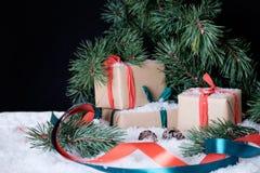 Weihnachtsdekorationen auf weißem Schnee Stockfotografie
