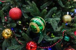 Weihnachtsdekorationen auf Weihnachtsbaum stockbild