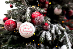 Weihnachtsdekorationen auf Weihnachtsbaum lizenzfreie stockfotos