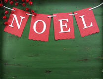 Weihnachtsdekorationen auf Weinlese grünen hölzernen Hintergrund, mit Noel-Flagge Stockfotografie