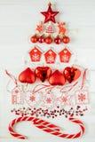 Weihnachtsdekorationen ausgebreitet in Form eines Weihnachtsbaums Lizenzfreies Stockbild